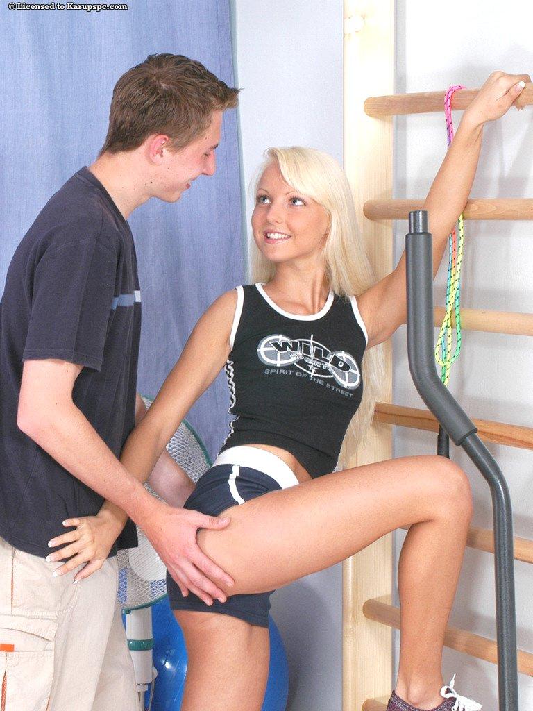 和女同桌一起去做運動